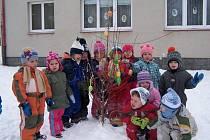 Děti ze zdíkovské školky zdobily velikonoční strom.