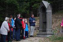 Věřící se prošli po unikátní Křížové cestě pod vrchem Kamenáč u Volar.