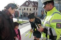 V pátek dopoledne čekalo na chodce v Prachaticích milé překvapení. Dopravní policisté jim totiž rozdávali reflexní pásky, které pomohou zvýšit jejich vlastní bezpečnost při pohybu na komunikacích za zhoršené viditelnosti.