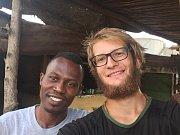Do rybářské vesničky za Erikem na omeletu chodil Tadeáš každé ráno. Zdržel se týden, čekal na letadlo.