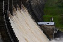 Takto voda na Husinecké přehradě naposledy přepadala ve středu v půl desáté dopoledne.