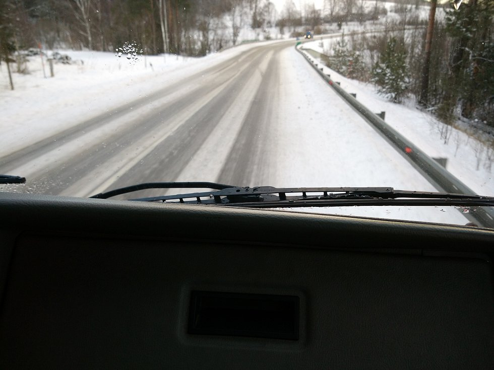 Úklid silnic na Šumavě.