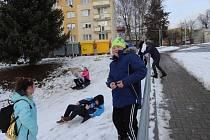 Ve Volarech na stráni nad paneláky děti ještě stíhaly zbytky sněhu k radovánkám.
