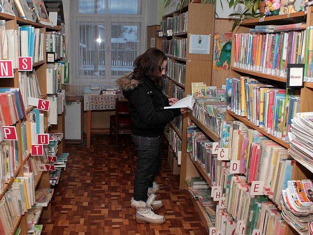 Čtenáři školou povinní a ženy tvoří většinu návštěvníků obecní knihovny ve Čkyni. Ti menší chtějí povinnou četbu a dámy hledají romantické příběhy.