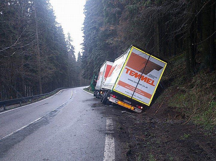 Kamion dnes ráno (26. dubna) havaroval na silnici směrem k hraničnímu přechodu Strážný.