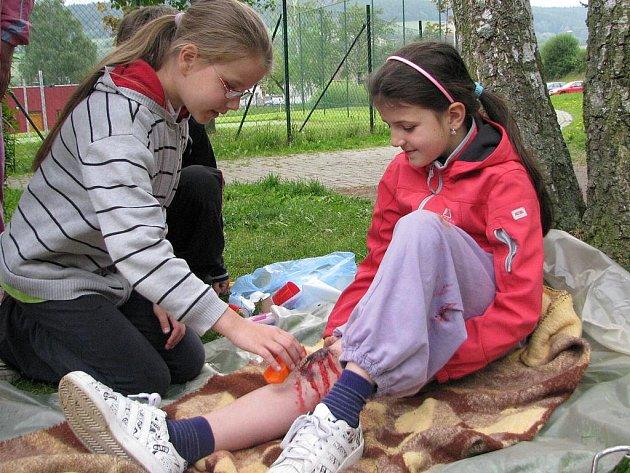 Děti před prachatickým domečkem ošetřovaly zraněné.
