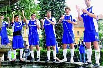 Po porážce mužstva Štěkně 7:1 nechyběla fotbalistům Netolic na postupových oslavách ani koupel v kašně.