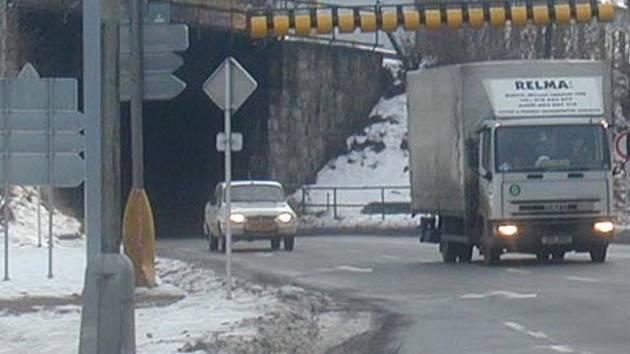 Nějaký řidič se pokoušel podjet zábrany u místního viaduktu. Ilustrační foto.