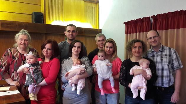 Na snímku Terezie Šárka Kůsová, Emílie Nováková, ViktorieStehlíková a Kateřina Hrachová s rodiči.