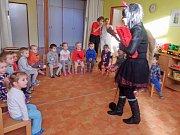Mikuláš, čerti a anděl zavítali i mezi děti v Mateřské škole v České ulici v Prachaticích.
