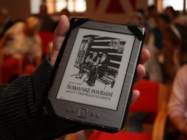 V úterý byla slavnostně pokřtěna vůbec první elektronická regionální kniha vydaná na Prachaticku Šumavské povídání aneb Co v kronikách nenajdete. Nechyběli autoři, kmotři a přítomní návštěvníci si mohli vyslechnout i jednu z povídek.