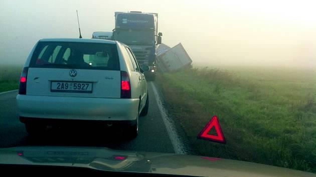 Po nehodě bylo třeba nákladní automobil přeložit.
