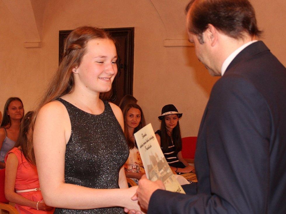 Studenti kvarty prachatického gymnázia převzali v Radničním sále z rukou starosty Martina Malého pamětní listy. Na snímku Barbora Štětinová.