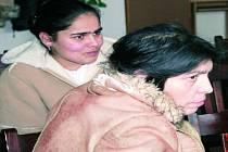 PRACOVNÍ SETKÁNÍ. Se zástupci radnice a dalších institucí se setkaly dvě rodiny, mezi nimi i Anna (na snímku vpravo) a Lenka Biharyová.