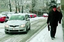 KOMPLIKACE. Nečekaná sněhová nadílka znepříjemnila život všem řidičům na Prachaticku. V neposlední řadě museli také chodci dávat dobrý pozor na každý svůj další krok.
