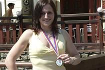 Eva Plašilová v civilu s mistrovskou medailí. Nyní ji čeká přestup do kategorie žen, kde bude konkurence ještě podstatně těžší než mezi juniorkami.