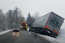 Cestáři se snaží, i přesto včera kolem třetí odpoledne skončil asi dva kilometry od Volar ve stoce kamion.