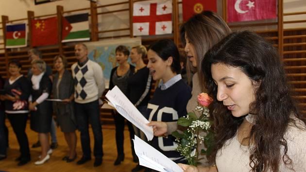 Studenti ze šesti států světa učí celý týden angličtinu žáky volarské základní školy.