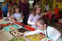 Školáci z prachatické Vodňanky svačí v jídelně.