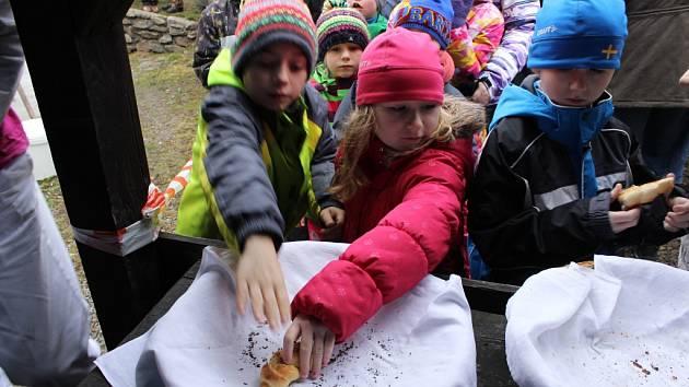 Pečení chleba v lenorské peci. Ilustrační foto