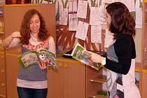 Anglickou konverzaci vyučuje děti Elizabeth Allen Chauca (vlevo) při hodinách Martiny Dvořákové.