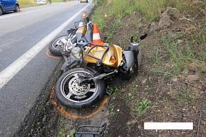 Při dopravní nehodě v pondělí 5. srpna došlo ke zranění řidičky Golfu a spolujezdkyně na motocyklu.
