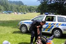 Nejen jedné stovce dětí, ale i vedoucím policisté ze služební přípravy (lidově řečeno bojaři), z Obvodních oddělení Prachatice, Vimperk a Volary předvedli zákroky pořádkové jednotky a sebeobranu.