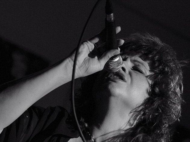 Zazpívá Elena.