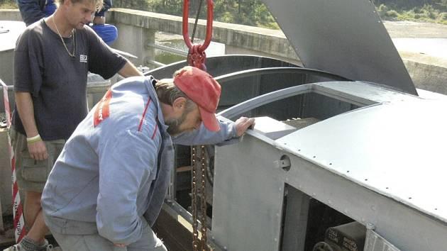 Včera se prováděla údržba Husinecké přehrady, dnes již mohou řidiči opět projíždět.