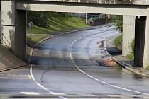 Kritické místo při každém velkém dešti je pod viaduktem v Krumlovské ulici.