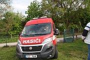 Dobrovolní hasiči ze Starých Prachatic dostali nové auto.