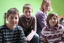 Dotace by na správná místa investovali Patrik Pilař, Jana Valouchová, Adéla Přibylová a Radim Remiáš. Všichni chodí na Základní školu Vodňanská v Prachaticích.