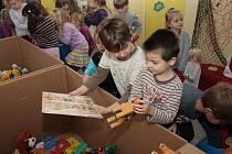 Pro své vzdálené kamarády zaplnily děti svými hračkami, s nimiž si už nehrají,čtyři plné kartonové bedny. Stačily jim k tomu necelé tři týdny.
