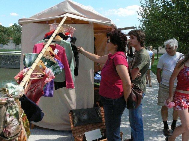 Staročeský jarmark přilákal do zahrad zámku několik stovek návštěvníků. Ti si mohli prohlédnout a poté třeba koupit batikované tričko.