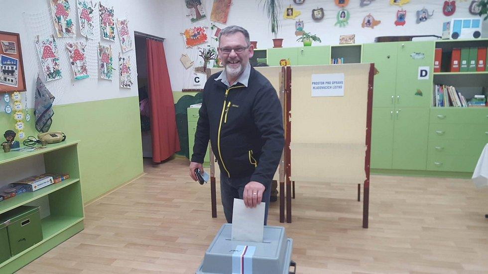 Antonin Olah volil v pátek  v osm večer v ZŠ Vodňanská v Prachaticich.