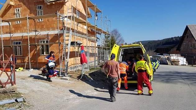 Záchrana dělníka, na Kvildě při stavbě domu spadl z výšky obličejem přímo na kámen.
