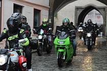 Prachatičtí motorkáři zahájili sezonu 1. Jarní jízdou. Vyjeli z Velkého náměstí Dolní branou.