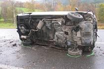 Na boku skonil VW Transporter, jehož řidič havaroval ve stoce.