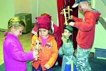 VELKÝ ZÁJEM. V Prachaticích ve Dnech evropského dědictví hodně táhlo Muzeum loutky a cirkusu. Děti si v divadelním sále mohly vyzkoušet, jak se jejich oblíbené postavičky po jevišti vodí.