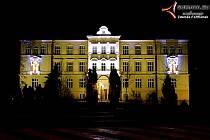 Vimperští nově nasvítili budovu ZŠ TGM Vimperk v parku.