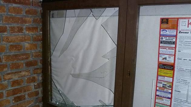 Rozbité sklo u letního kina v Prachaticích