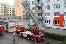"""Speciální výškovou techniku vyzkoušeli prachatičtí hasiči na kostele a na """"věžáku"""" objektu v ulic"""