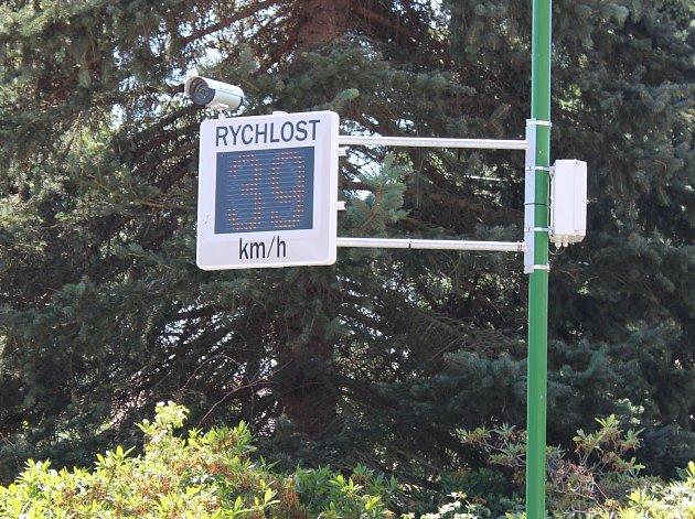 Měřič rychlosti v obci. Ilustrační foto