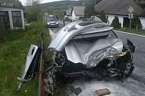 V úterý kolem 14:15 hodin došlo na Korkusově Huti k vážné dopravní nehodě. Motor zůstal po nehodě zhruba 30 metrů od vozidla. Na místě přistával i vrtulník letecké záchranné služby.