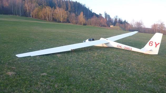 Pilot musel nouzově přistát s kluzákem, naštěstí se nehoda obešla bez zranění.