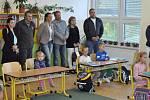 Dvanáct zdíkovských prvňáčků přivítali ředitel školy Václav Kyznar se starostou obce Zdeňkem Kantoříkem. Čekaly na ně i nové šatny.