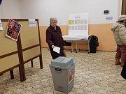 Prachatice 4. Okrsek v 17 hodin dovolilo 260 lidi že 896 zapsaných voličů.