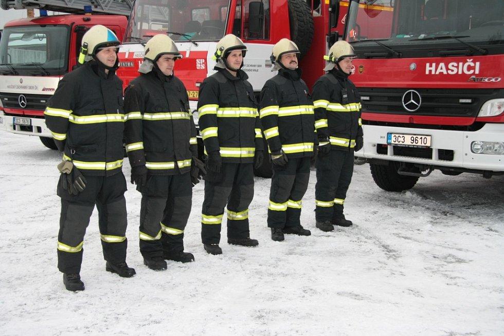 Pětičlenná směna sloužící na stanici HZS ve Vimperku už řízení nové techniky ovládá, postupně se s ní seznámí i zbylí hasiči na základně.