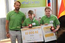 Jára Šísl (uprostřed) zachránil  život Jirky Kadlece. Převzal cenu za Dětský čin roku. Na snímku je s oběma chlapci Jan Révai, patron kategorie Záchrana lidského života.