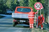 ŘIDIČI, ZPOMALTE. Zaměstnanci prachatické Správy a údržby silnic v pátek umístili u Zdenic nové dopravní značky a také patníky.